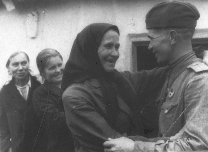Встреча-старшего-лейтенанта-Кравченко-И.К.-со-своей-матерью-в-освобожденном-Красной-Армией-селе-Голубовке